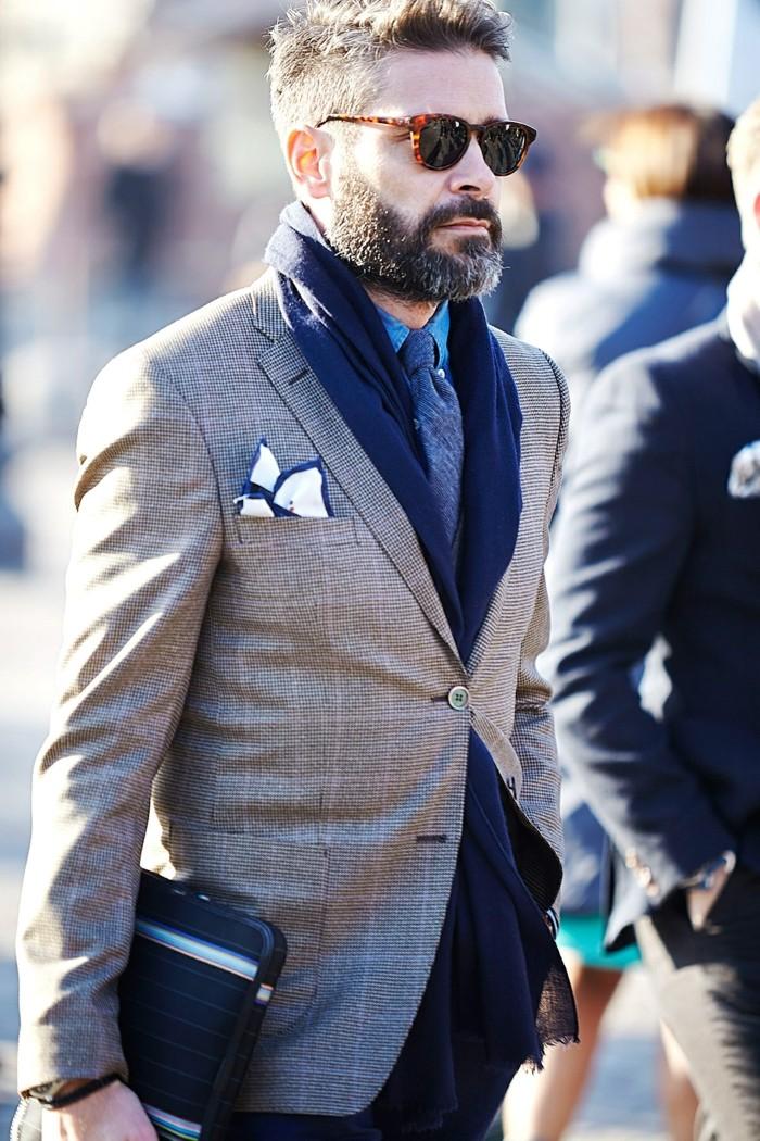 mann-mit-einem-grauen-mantel-und-einem-blauen-schal