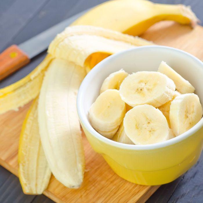 maske diy anti pickel maske mitesser maske hausmittel gegen unreine haut bananen für feuchtigkeitsmaske gelbe schüssel mit bananenscheiben