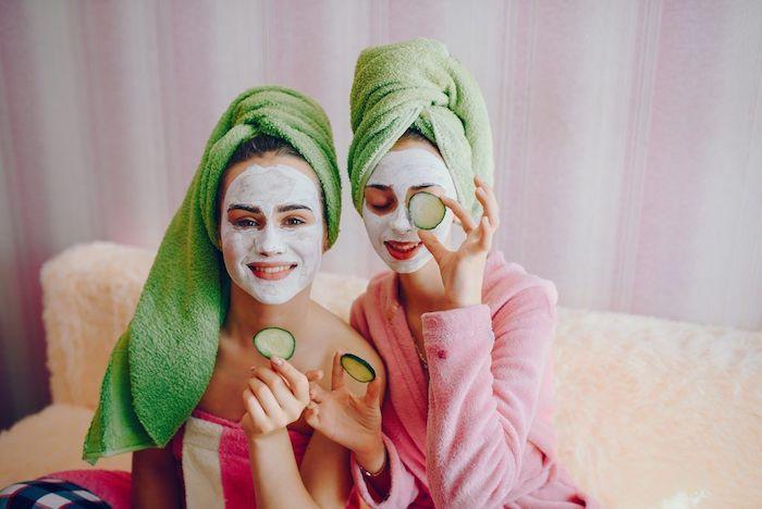maske diy maske gesicht diy feuchtigkeitsmaske selber machen hausmittel gegen unreine haut zwei mädchen mit weißen gesichtsmasken und grünen kopftücher lächend