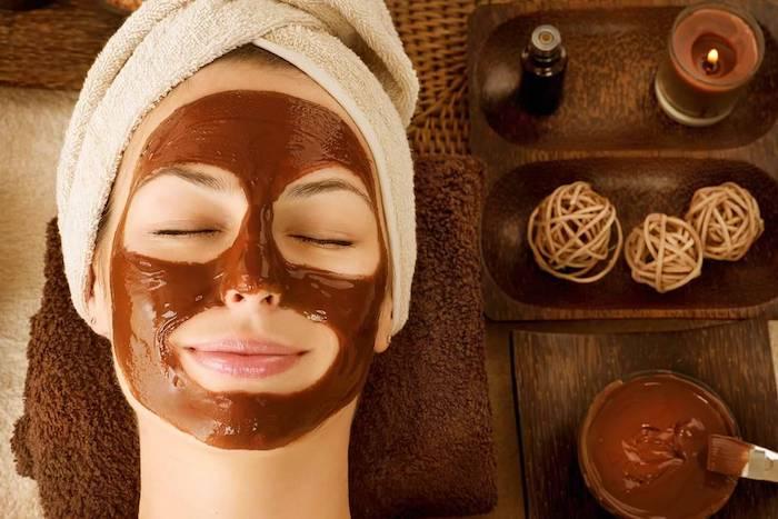 maske gegen mitesser maske diy mit kakao schokolade für diy maske maske gesicht selber machen hausmittel gegen unreine haut frau mit schokoladenmaske auf gesicht geschlossene ausgen