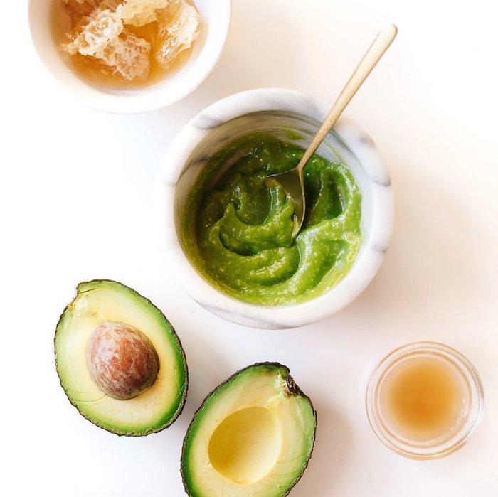 maske gesicht masken selber machen anti pickel maske peel off maske selber machen mitesser maske steinschüssel mit avocado püree und honig frischer avocado