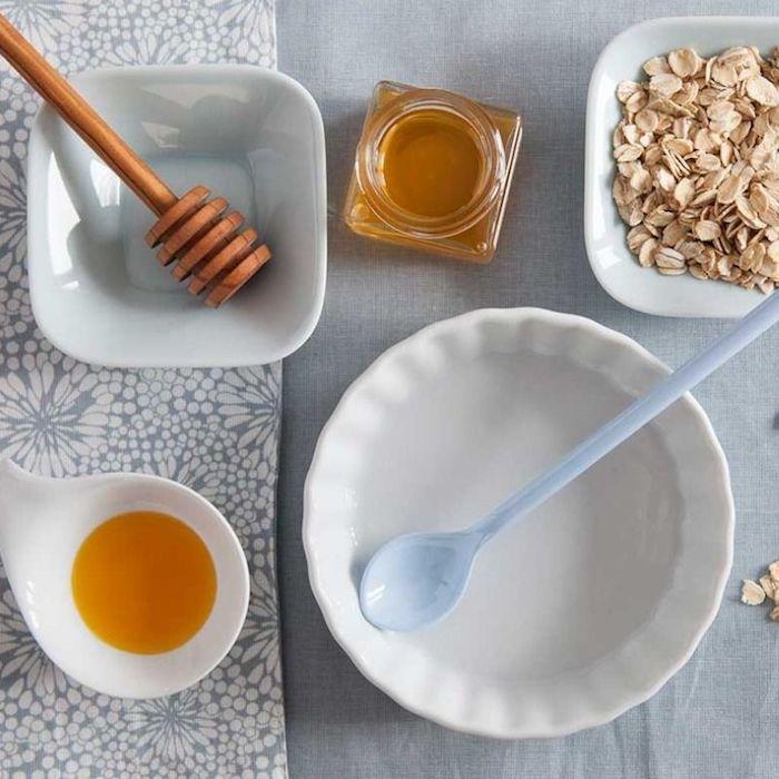 masken selber machen diy maske gesichtsmaske selber machen honig hausmittel gegen unreine haut gesichtsmaske frisch zwei schüssel honig haferflocken honiglöffel