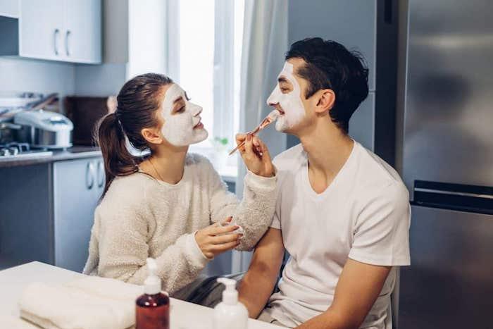mitesser maske selber machen haut reinigen maske diy hausmittel.gegen unreine haut peel off maske zu hause machen feuchtigkeitsmaske frau man gesichtsmasken auftragen weiße blusen