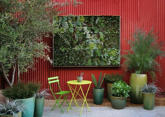 dem Außenbereich mit einem Moosbild und vielen Pflanzen verschönern