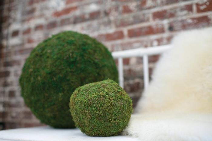 mooskugeln-deko-groß-und-klein-auf-der-terasse