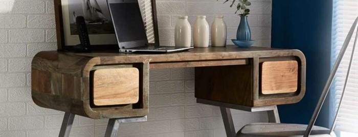 ndustrial-möbel-schreibtisch-holz-vintage-metallstuhl-grau-laptop-dekorative-blumenwasen-blaue-wand