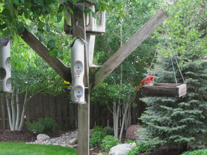 vier separate Vogelhäuser mit verschiedenem Design