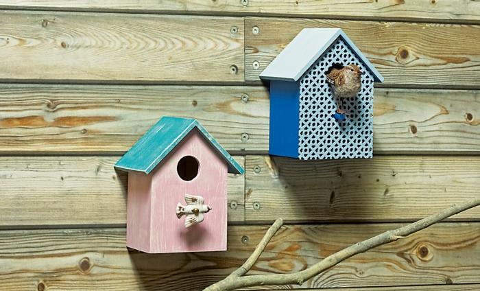 Vogelhäuser aus gestrichenem Holz mit coolem Design
