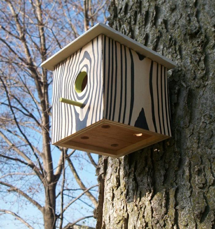 Vogelhaus-Futterstelle aus Holz mit animalistischen Motiven