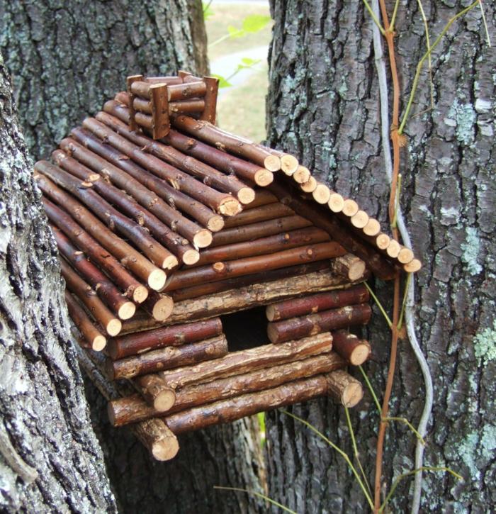 kleines Vogelhaus aus Holzstäcken mit Schornstein