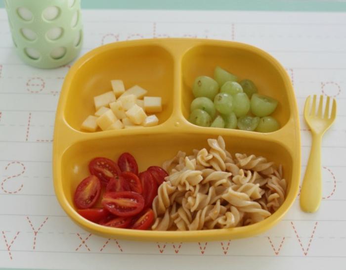 Lunch-Box mit Pasta, Cherrytomaten, Käse und Trauben
