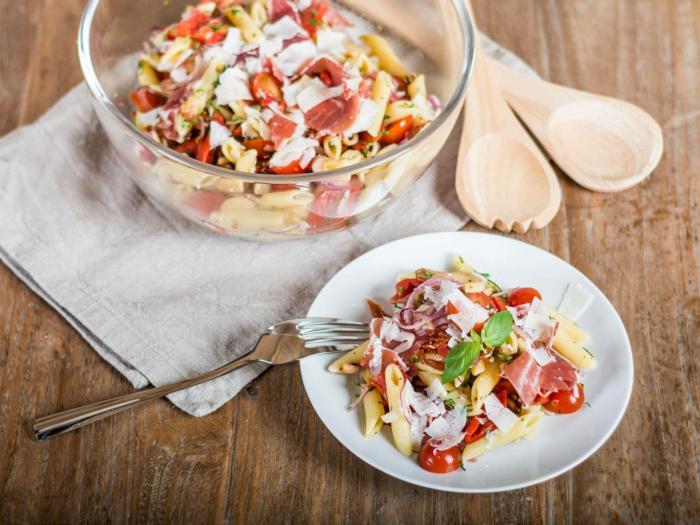 kinderfreundlicher Nudelsalat mit Cherrytomaten, Parmesan und Filet