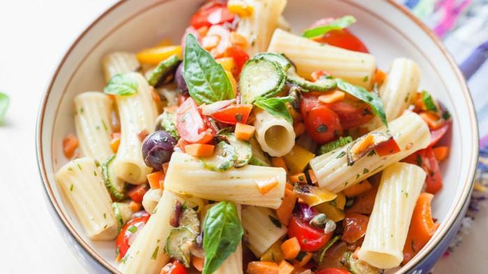 frischer Nudelsalat mit roten Bohnen, Cherrytomaten, Karotten und Gurke