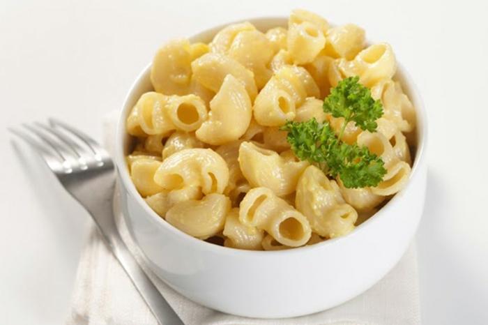 leichter Nudelsalat mit Käse und frischen Kräutern