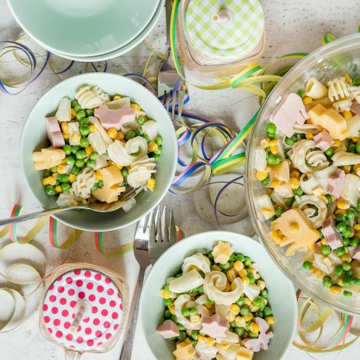 lustige Nudelsalate mit Gemüsen, Käse und Schinken