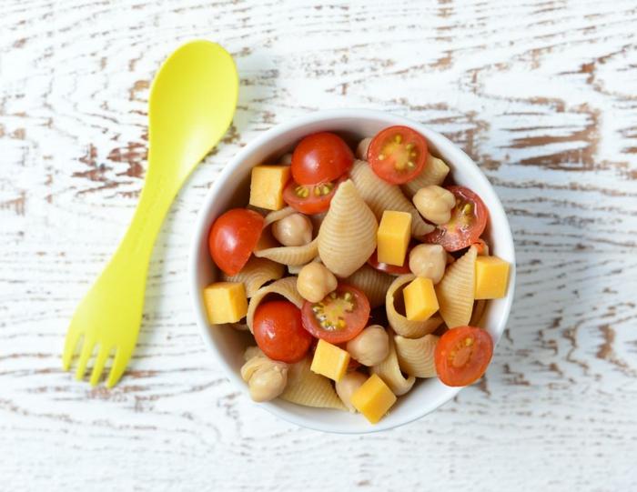 Salat mit Muschelnudeln, Cheddar und Cherrytomaten