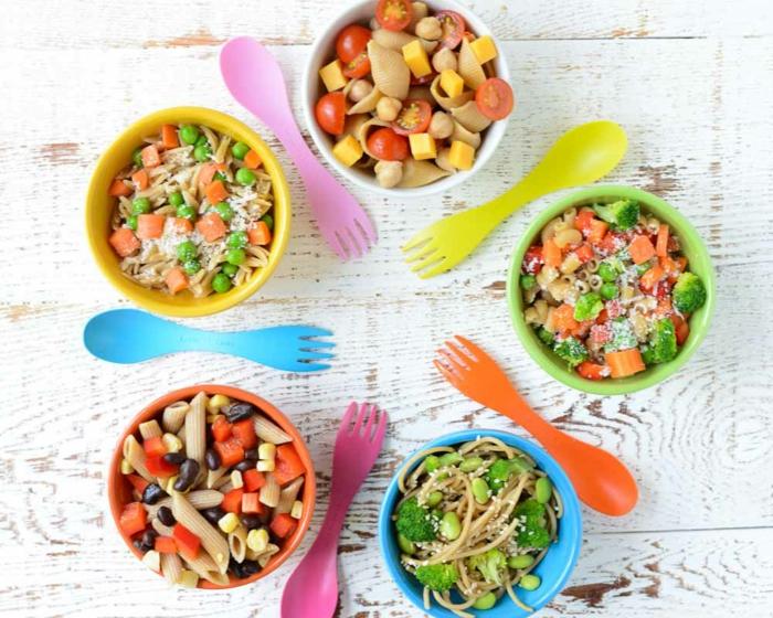 fünf verschiedene Arten von Nudelsalat mit Gemüsen