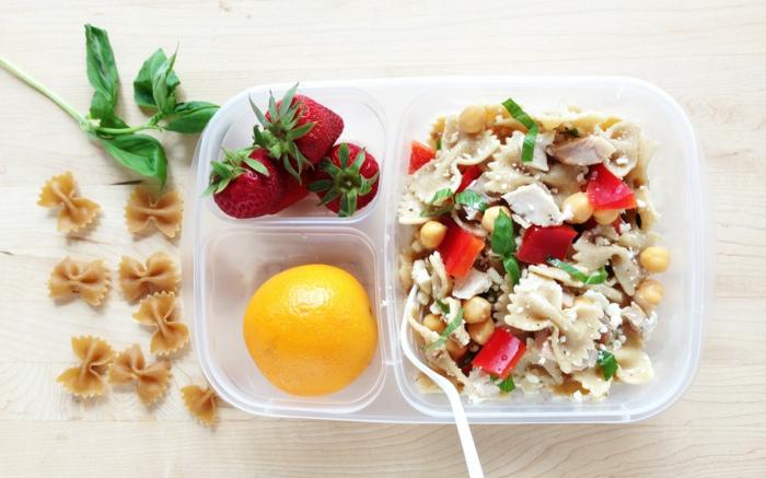 Nudelsalat mit roter Paprika und Petersilie zum Mittagessen