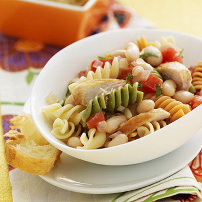 Nudelsalat mit Bohnen, rotrer Paprika und Hänchenfleisch