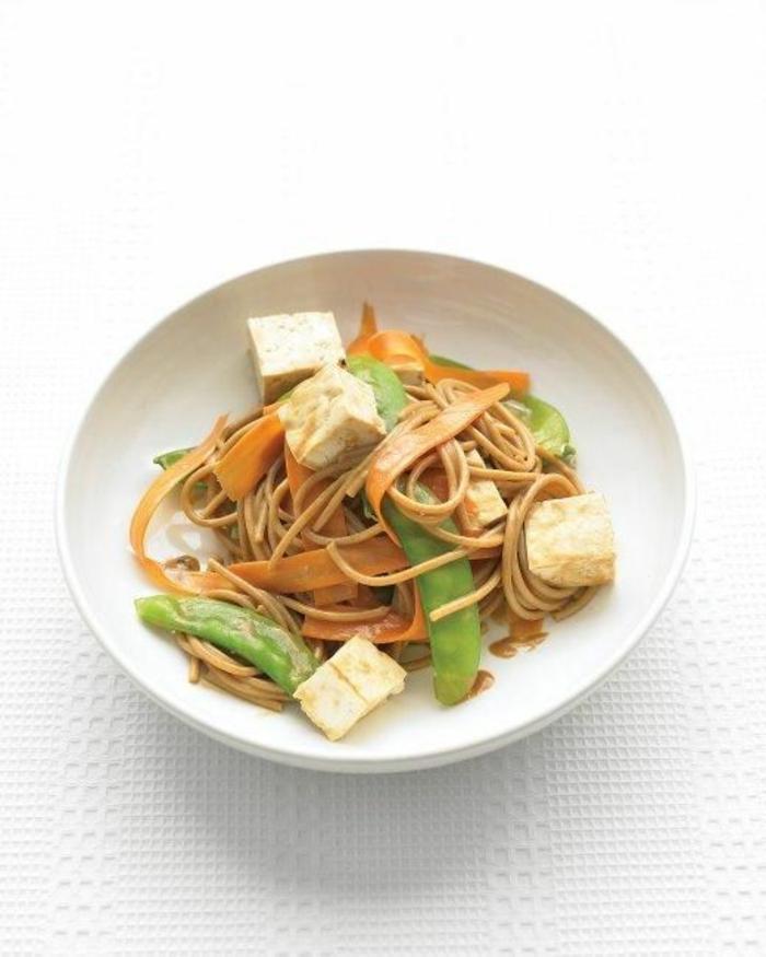 einfacher Salat mit Spaghetti, Bohnen, Karotten und Käse