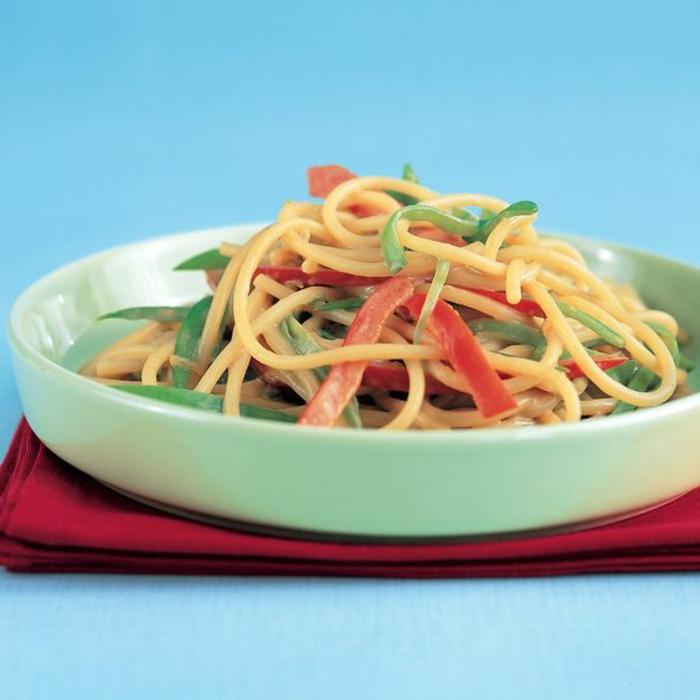 leckerer Nudelsalat mit Spaghetti, roter Paprika und Kräutern