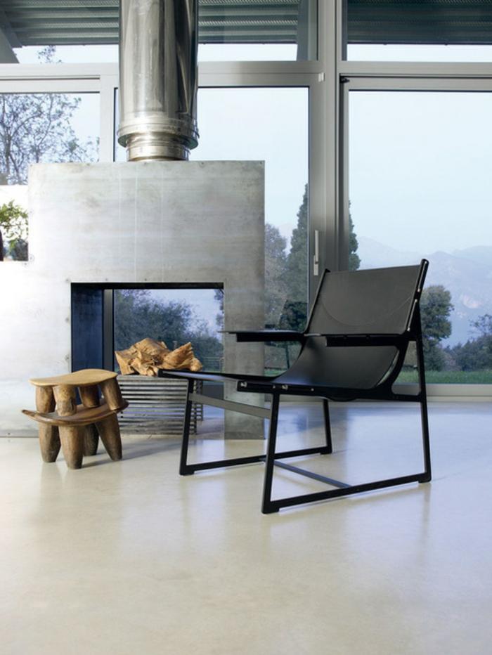 offener-kamin-holzhocker-massiv-massivholz-schwarzer-designer-stuhl-weißer-boden