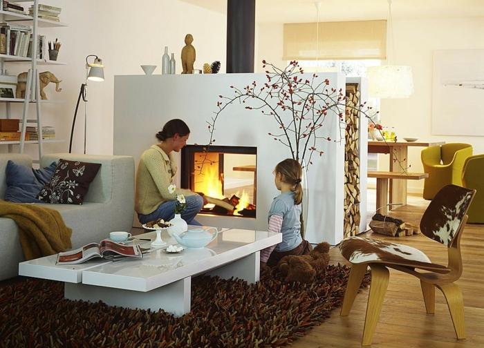 offene-feuerstelle-pflanzendeko-holzstuhl-tiermotive-parkettboden-weißer-couchtisch-teppich-gelbe-stühle
