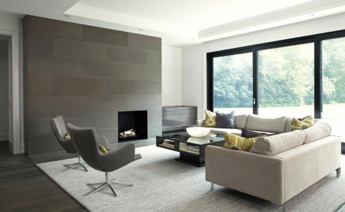 offene-feuerstelle-wohnzimmer-graue-polsterstühle-weißer-teppich-cremeweiße-eckcouch-designer-couchtisch
