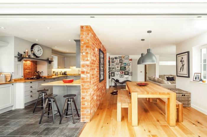 7offene-küche-trennen-backsteinwand-esszimmertisch-holz-sitzbank-holz-barstühle-schwarz-relax-stuhl