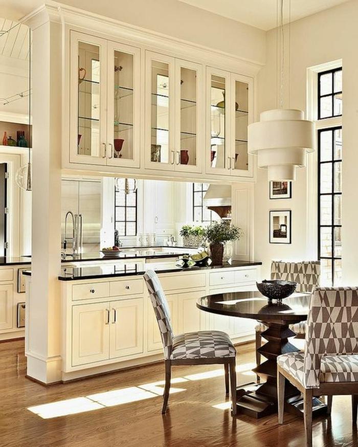 offene-küche-mit-theke-esszimmer-vitrine-abtrennen-polsterstühle-designer-lampe-kräuter