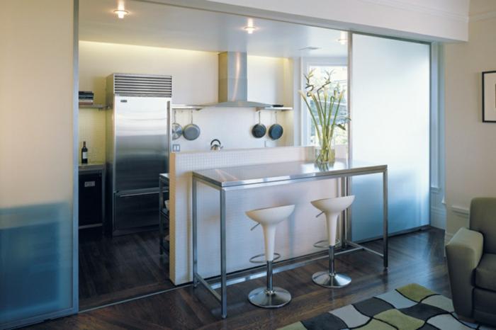 offene-küche-mit-theke-schiebetür-küche-weiße-barstühle-plastik-bamboo-parkettboden-dunkelbraun-schwarz-musterteppich