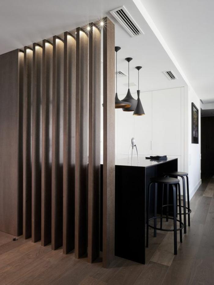 offene-küche-mit-theke-schwarz-schwarze-barhocker-drei-lampen-industrial-stil-raumteiler