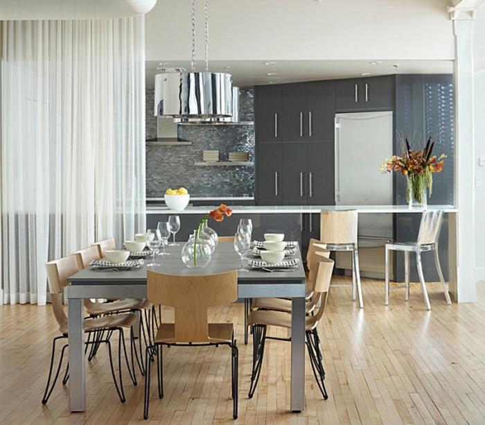 offene-küche-mit-theke-vom-esszimmer-trennen-esstisch-metallbeine-tischdeko-holzstühle-vorhang-metallstühle