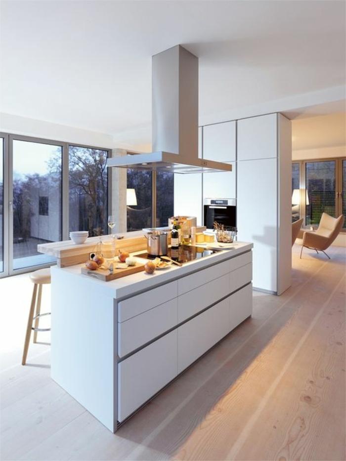 offene-küche-mit-theke-wohnzimmer-abtrennen-laminat-holzhocker-weiße-küchenschränke-armstuhl