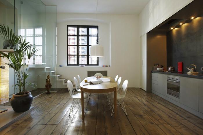 offene-küche-wohnzimmer-abtrennen-glas-raumteiler-treppen-holzboden-indirektes-led-licht-ovaler-esstisch