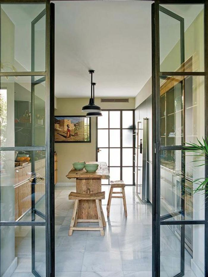 offene-küche-wohnzimmer-abtrennen-harmonikatür-glas-massive-möbel-esstisch-holzhocker-obst