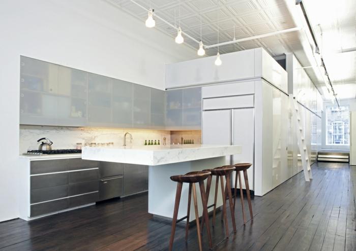 offene-küche-wohnzimmer-abtrennen-offene-küche-mit-theke-holzhocker-bar-indirektes-licht-weiße-einrichtung