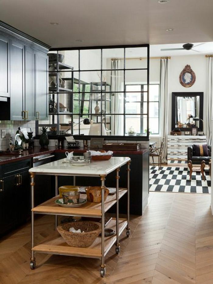 offene-küche-wohnzimmer-abtrennen-parket-hilfstisch-rollen-küchenschranktüren-schwarz-musterteppich-spiegel-ledercouch-schwarz