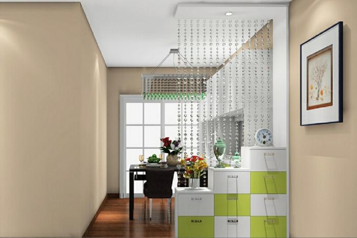 offene-küche-wohnzimmer-abtrennen-trennwand-kristalle-kasten-laminatboden-esstisch-schwarz-kristallkronleuchter