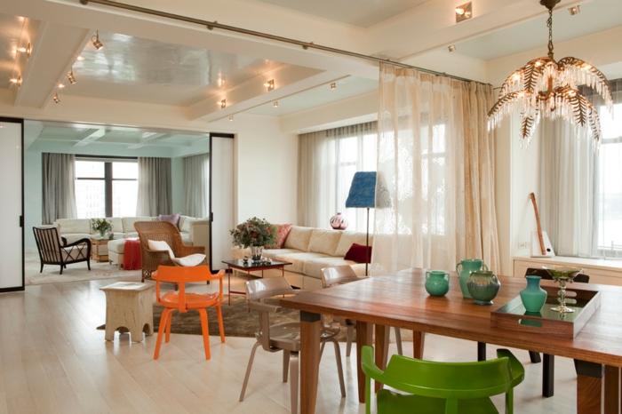 offene-küche-wohnzimmer-abtrennen-vorhang-holztisch-geüner-stuhl-teppich-creme-weiße-couch-oranger-stuhl-holzhocker