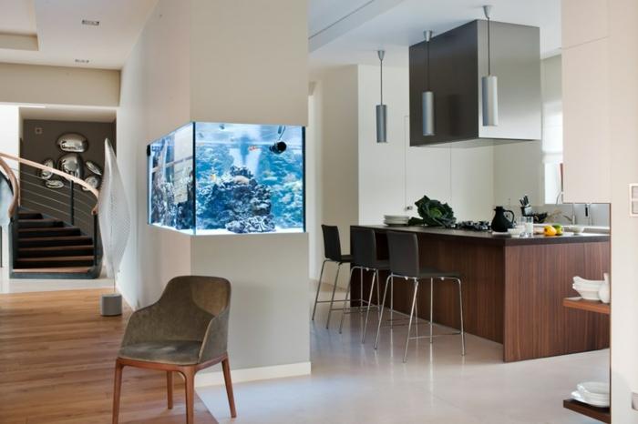 offene-küche-wohnzimmer-abtrennen-weißer-boden-schwarze-barstühle-aquarium-raumteiler-treppen