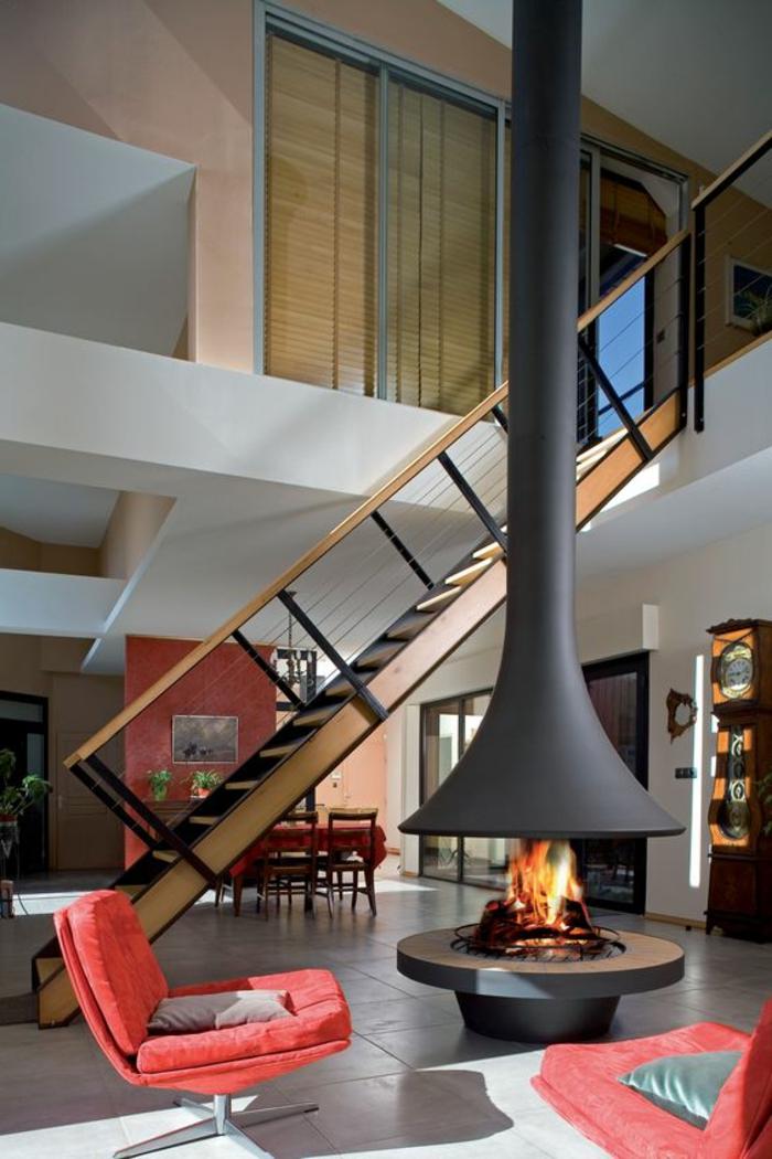 offene-kamine-treppen-holz-rote-sessel-übergang-esszimmer-uhr-antik-graue-bodenfliesen