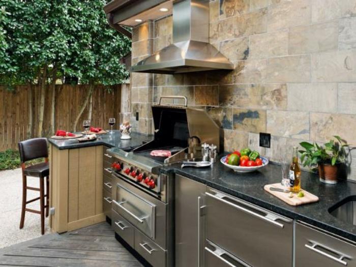 Grillküche mit einer Bar mit Marmorplatte