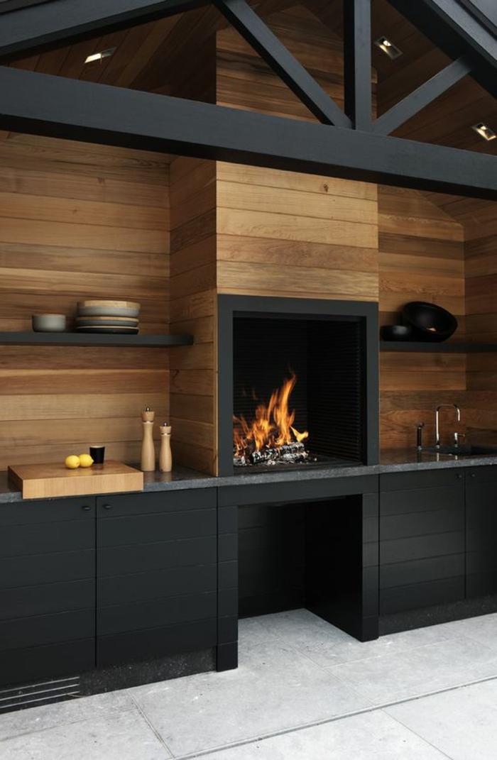 Outdoor Grillküche, gestaltet in schwarzer Farbe