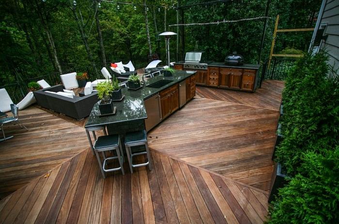 schön eingerichtete Gartenküche mit Grill, Marmorbar
