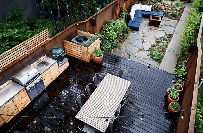 eine große Außenküche mit Grill im Hinterhof