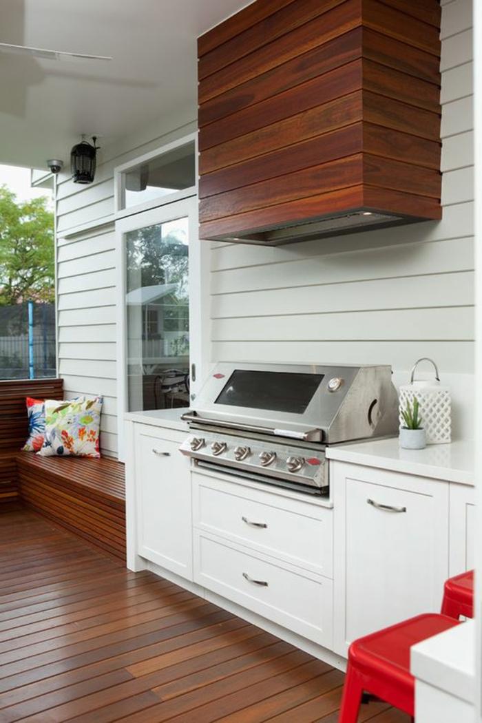 eine komfortabel eingerichtete Küche mit Gasgrill