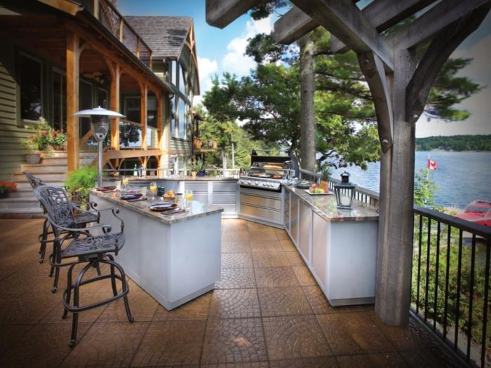 eine Outdoorküche in U-Form mit Seeaussicht