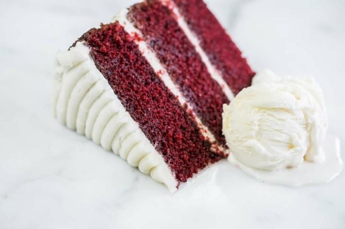 red-velvet-cake-ein-stueck-kuchen-drei-etagen-mit-sahne-dazwischen-beilage-eis-vanillaeis-nachtisch