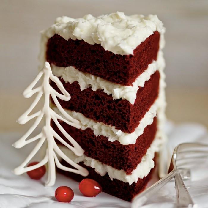 red-velvet-cake-im-winter-kochen-tolle-idee-vier-stoeckig-mit-sahne-creme-zwischen-den-etagen-von-teig-rotebeeren-weisse-deko